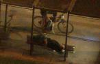 Krádež batohu na zastávce městské hromadné dopravy