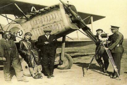 Druhý zleva pilot Vilém Stanovský